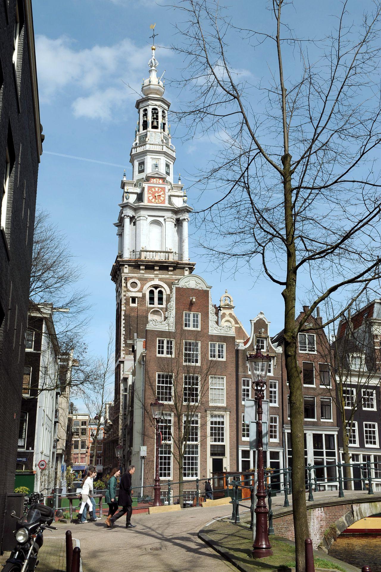 AMSTERDAM - Het Nationaal Historisch Museum gaat zich de komende vijf jaar vestigen in de Zuiderkerk in Amsterdam.De locatie is bedoeld als tijdelijk onderkomen. In het gebouw komt een kantoor en zullen tentoonstellingen en evenementen worden gehouden. Op de foto de Zuiderkerkstoren in Amsterdam,