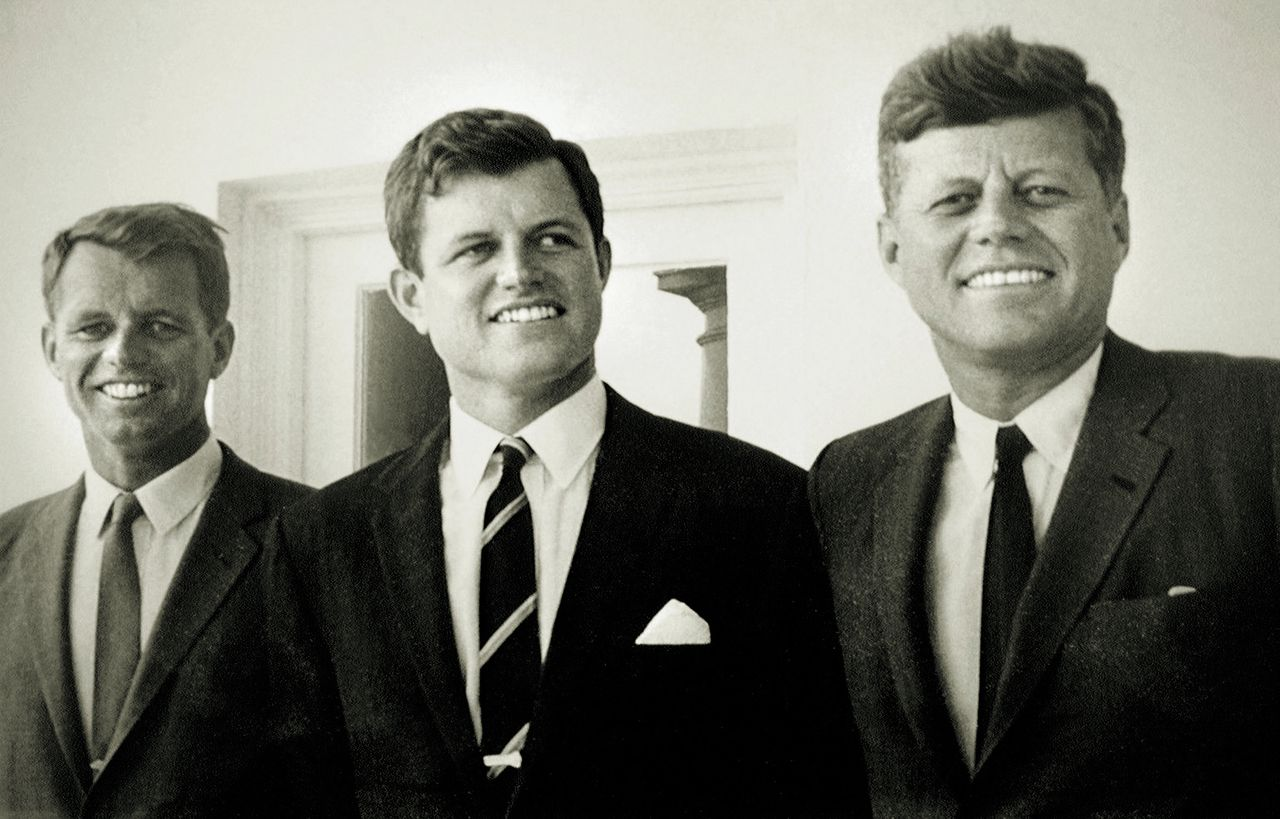Robert Kennedy (1925-1968), Edward Kennedy (1932-2009) en John F. Kennedy (1917-1963) in het Witte Huis, voor het Oval Office, augustus 1963. (Foto Cecil Stoughton/Corbis) 25 Oct 1993 --- Archives: the Kennedy brothers, left to right, Robert, Ted and John. --- Image by © Brooks Kraft/Sygma/Corbis