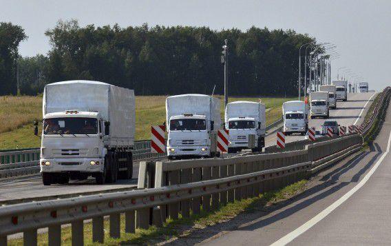 Russisch hulpkonvooi rijdt langs de Russische stad Jelets.