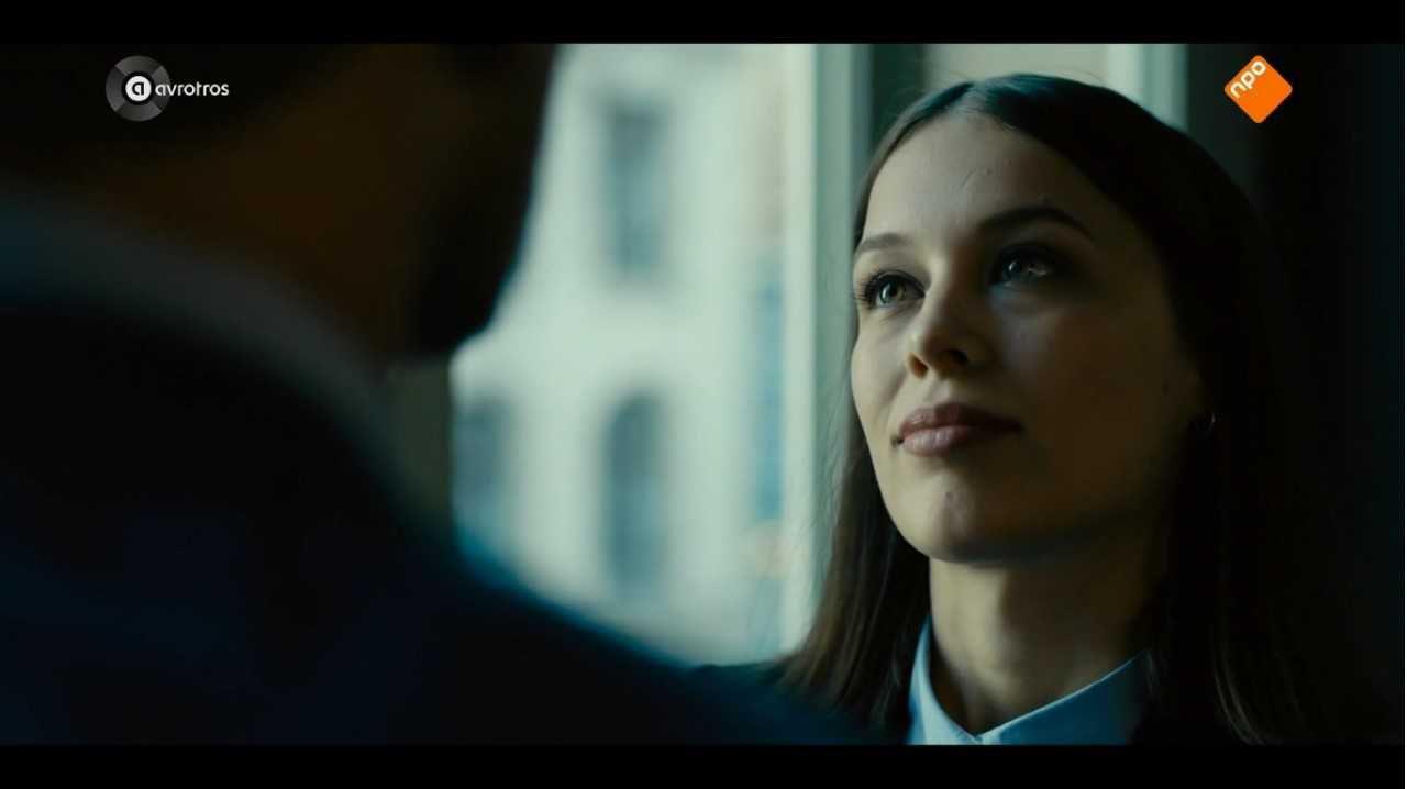 Jana Liekam (Paula Beer) in de tv-serie Bad Banks (AVROTROS)