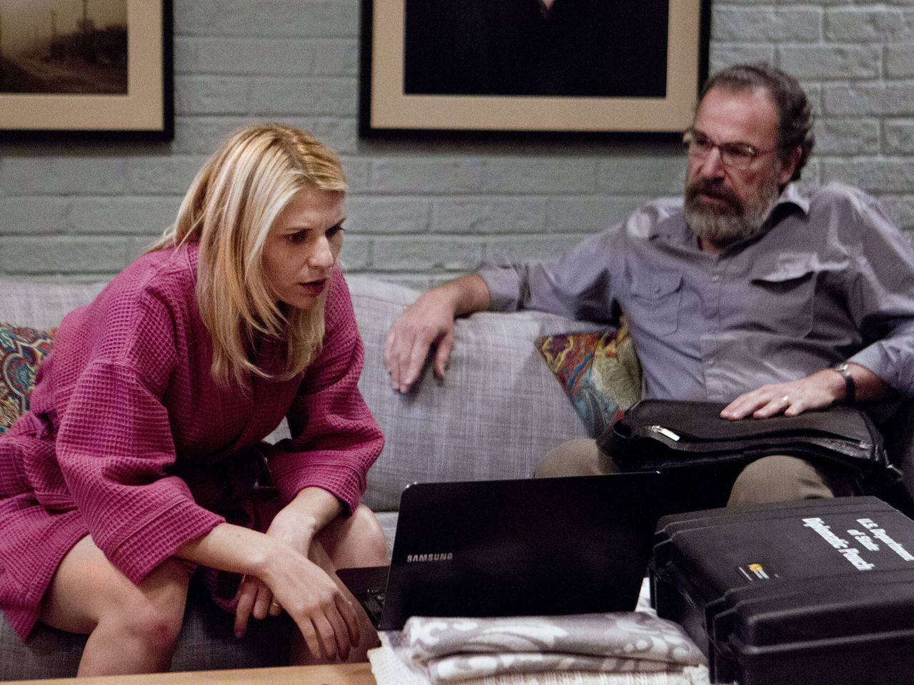 Claire Danes as Carrie Mathison and Mandy Patinkin as Saul Berenson in Homeland - Photo: Kent Smith/SHOWTIME - Photo ID: Homeland_203_3179CR