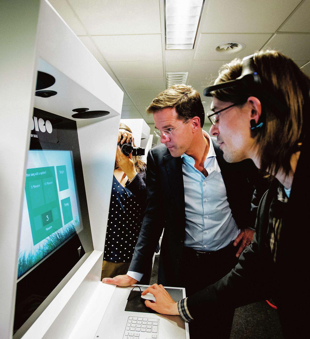 Premier Rutte tijdens zijn bezoek aan bedrijfsverzamelgebouw Dutch Game Garden in Utrecht, 13 mei.
