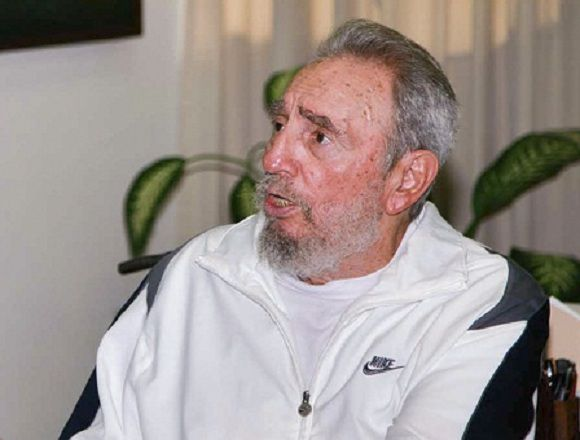 Former Cuban leader Fidel Castro sits at the National Centre for Scientific Investigation (CNIC) in Havana July 7, 2010. Cuban revolutionary leader Fidel Castro made his first known public appearance since falling ill four years ago in a visit this week to a Havana scientific facility, a blog reported on Saturday. Picture taken on July 7, 2010. REUTERS/Alex Castro (CUBA - Tags: POLITICS) FOR EDITORIAL USE ONLY. NOT FOR SALE FOR MARKETING OR ADVERTISING CAMPAIGNS