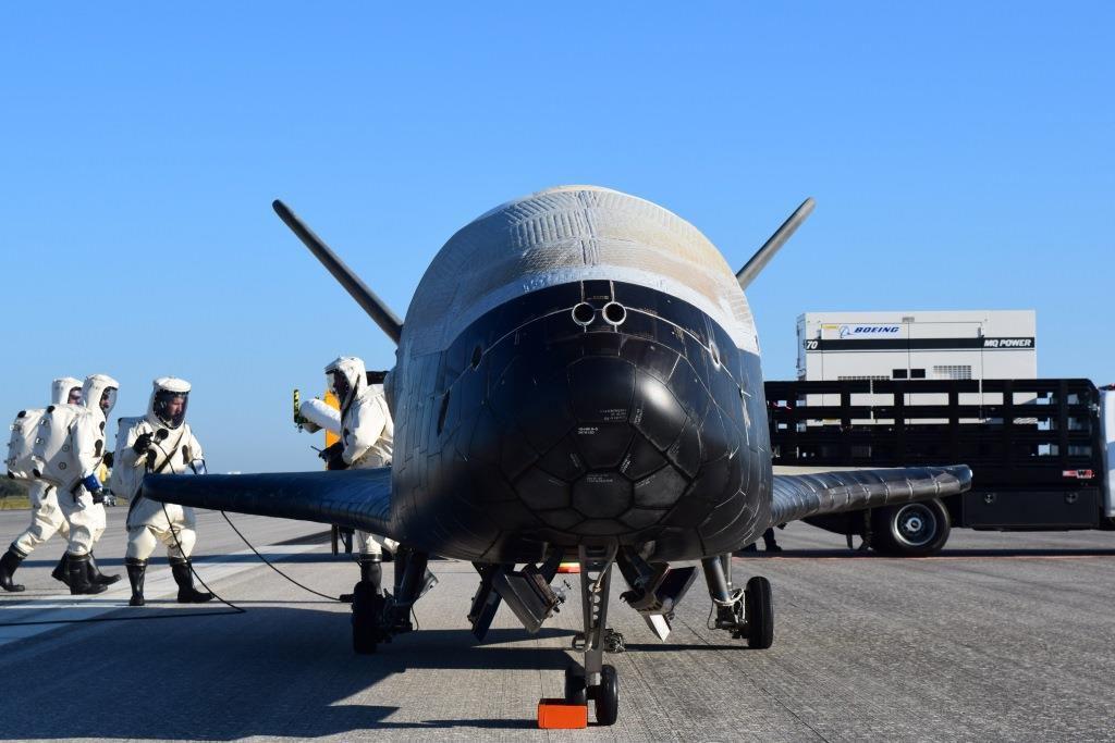 Het onbemande militaire ruimtetoestel X-37B, kort na de landing, eerder deze week.