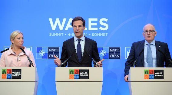 Rutte tijdens zijn persconferentie in Wales, met links minister van Defensie Hennis-Plasschaert en rechts minister van Buitenlandse Zaken Timmermans.