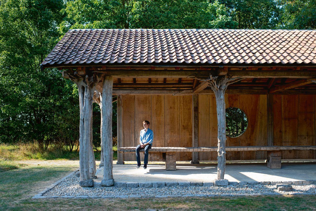 Als architect Georges De Belder in het weekend naar zijn half-open buitenhuis gaat, slaapt hij bij z'n ouders op het terrein.