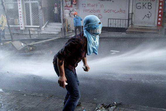 Een demonstrant bij de rellen vandaag in Istanbul.