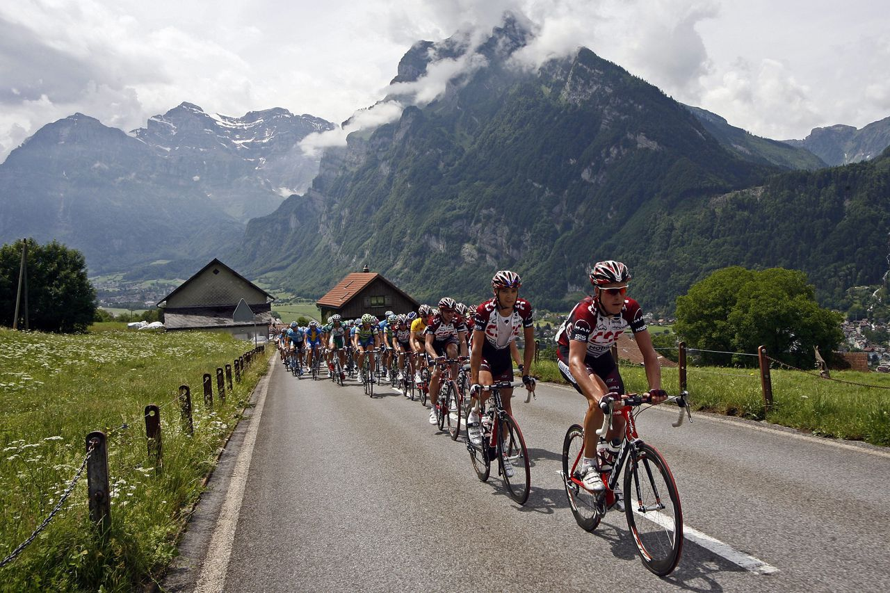Het peloton in de Ronde van Zwitserland op weg naar de Kerenzerberg. Foto AP The pack ascends to the Kerenzerberg in Switzerland, during the 228km 3rd stage race from Brunnen to Nauders, Austria, at the 71st Tour de Suisse Protour cycling race, Monday, June 18, 2007. (AP Photo/KEYSTONE/Alessandro Della Bella)