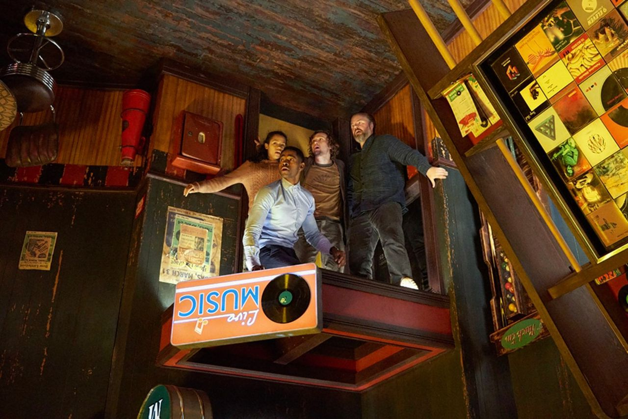 Taylor Russell, Jay Ellis, Logan Miller en Tyler Labine moeten een uitweg zien te vinden uit verschillende kamers in 'Escape Room'.
