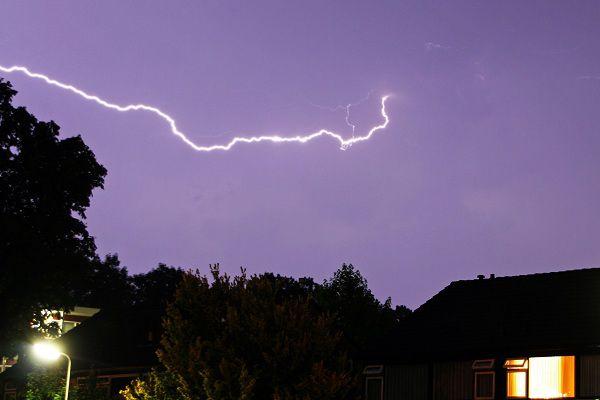 WFA02T:BLIKSEM VERLICHT DE LUCHT:HOOGEVEEN;29JUN2011- De bliksem verlicht woendagochtend de hemel in het Drentse Hoogeveen. Noodweer trof veel delen van ons land. In Drenthe en Groningen bleef het relatief rustig. Toch ook hier ferme ontladingen van het onweer aan de lucht en dat gaf een speciaal beeld. WFA/hm/str.Harm Meter