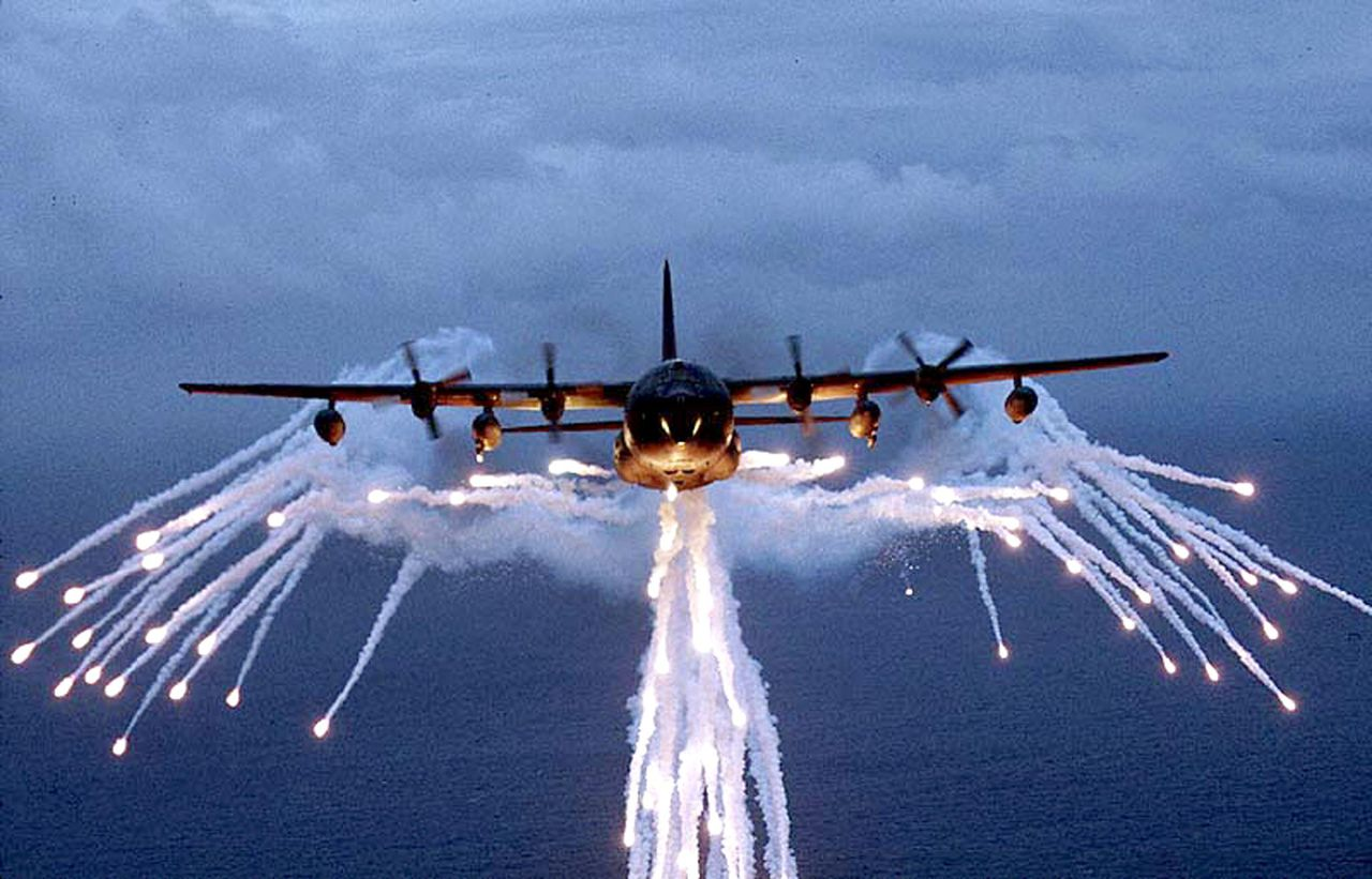 Bij de aanvallen op Somalië werd een AC-130 gevechtsvliegtuig ingezet. Hier een AC-130 op een foto uit 1997. Foto AFP (FILES) This handout file given by US department of Defence and taken 29 June 1997 shows a US AC-130H Spectre gunship droping flares during a training mission. The AC-130 gunship, an armed variant of the C-130 Hercules transport plane, is designed for close air support. Officials in Mogadishu said 09 January 2007 that the United States launched air strikes on suspected Al-Qaeda hideouts in Somalia in its first overt military intervention in the lawless nation since the early 1990s. Officials and other informed sources said the US hit two Islamist-held villages -- Badel and Aayo -- in the raids carried out by an AC-130 gunship operated by the US Special Operations Command, according to US television. AFP PHOTO/DOD FILES