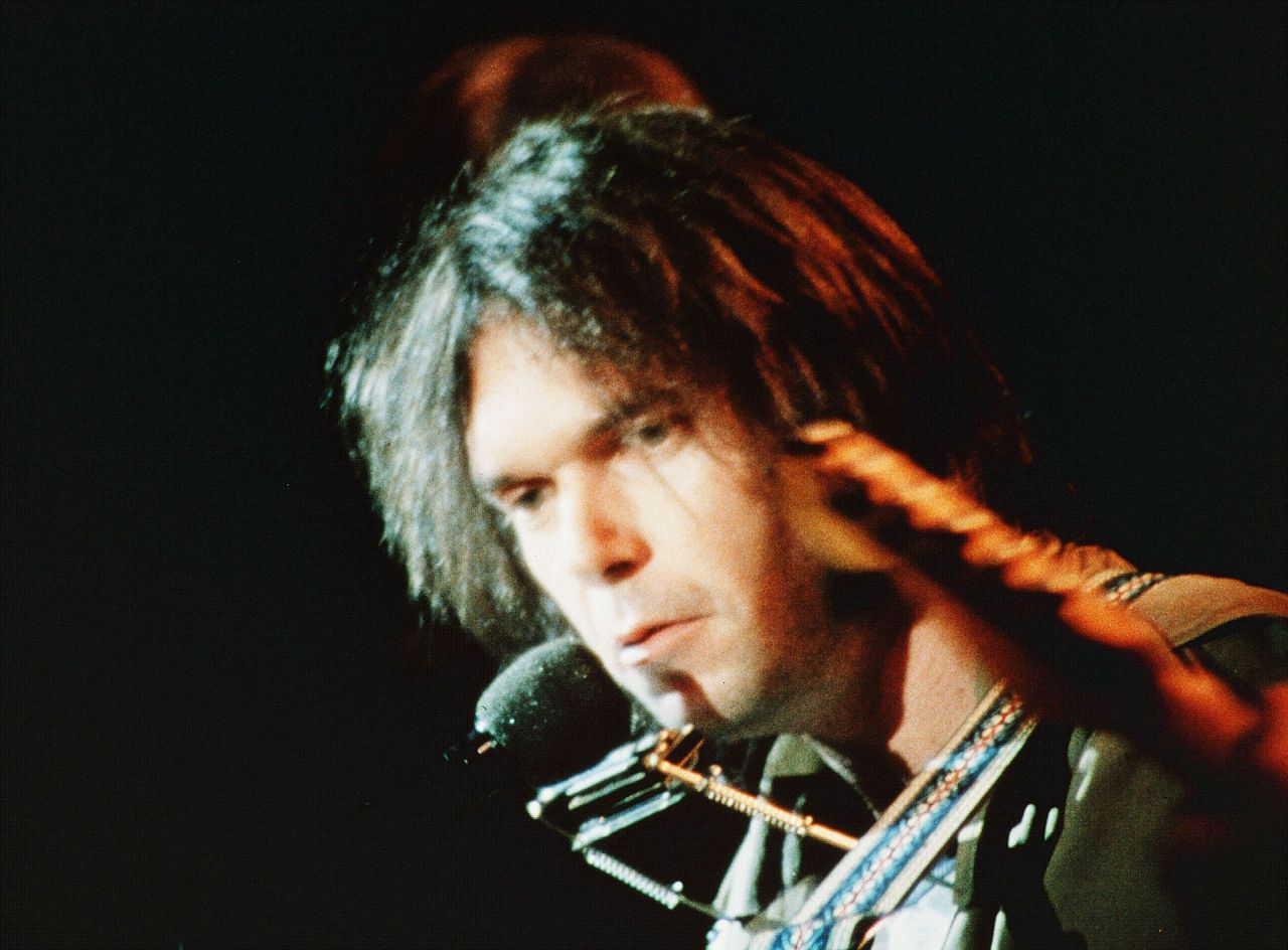 Neil Young tijdens het concert The Last Waltz in 1978. Foto United Artists / The Kobal Collection Last Waltz, The (1978) Pers: Neil Young Dir: Martin Scorsese Ref: LAS062AO Photo Credit: [ United Artists / The Kobal Collection ] Editorial use only related to cinema, television and personalities. Not for cover use, advertising or fictional works without specific prior agreement