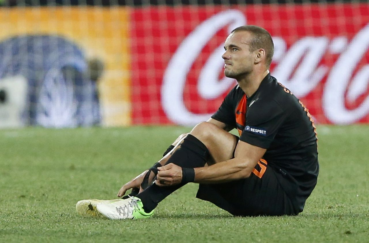 Netherlands' Wesley Sneijder reacts after defeat against Portugal their Group B Euro 2012 soccer match at the Metalist stadium in Kharkiv, June 17, 2012. REUTERS/Alessandro Bianchi (UKRAINE - Tags: SPORT SOCCER)