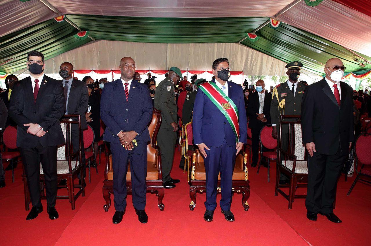 President Chan Santokhi (tweede van rechts) kort na zijn installatie, donderdag. Rechts van hem ex-president Desi Bouterse. Links de nieuwe vicepresident Ronnie Brunswijk en zijn voorganger Ashwin Adhin.