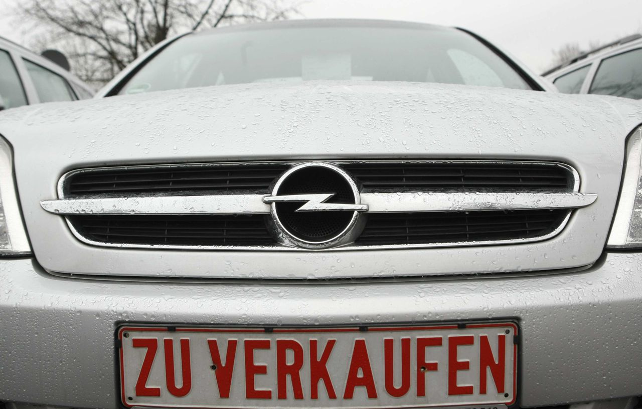 (Foto Reuters) An Opel car is pictured with a sign 'for sale' at a second-hand car dealer in Bochum, February 27, 2009. The board of General Motors' German Opel subsidiary met on Friday to agree a restructuring plan that could cost thousands of jobs and open the way to state support. REUTERS/Ina Fassbender (GERMANY)