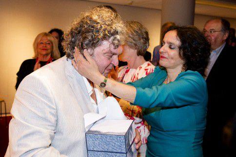 A.F.Th. van der Heijden heeft een onderonsje met zijn echtgenote nadat hij de P.C. Hooft-prijs in ontvangst heeft genomen.