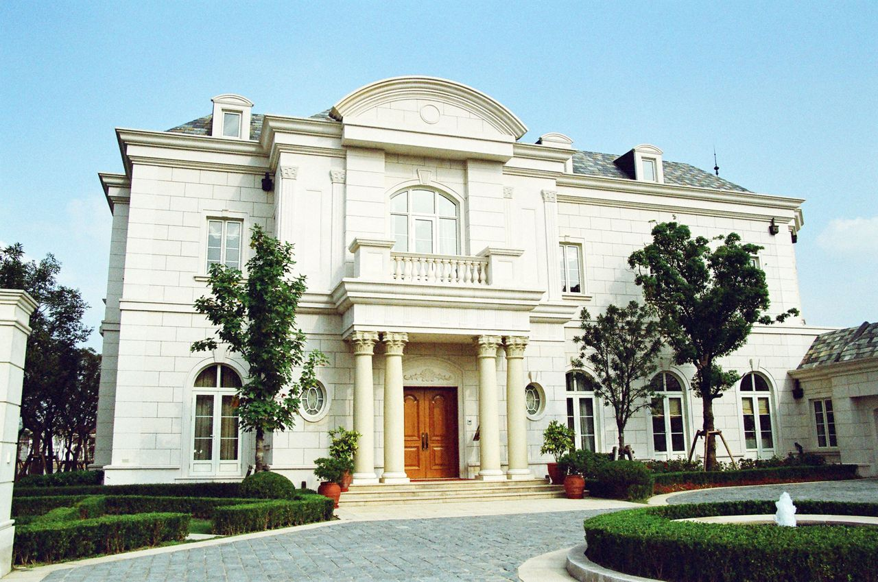 --FILE--View of a luxury villa in the Shanghai Shimao Sheshan Villas in the suburb of Shanghai, China, May 2006. Shimao Property Holdings Ltd. has allegedly sold two villas from its luxury property project Shanghai Shimao Sheshan Villas that set new records as the most expensive personal residences in Chinese Mainland. The bigger unit, measuring in at 26,400 square meters, cost its new owner 205 million yuan (US$30 million). The smaller one was sold for a bargain of 115 million yuan (US$16.84 million).