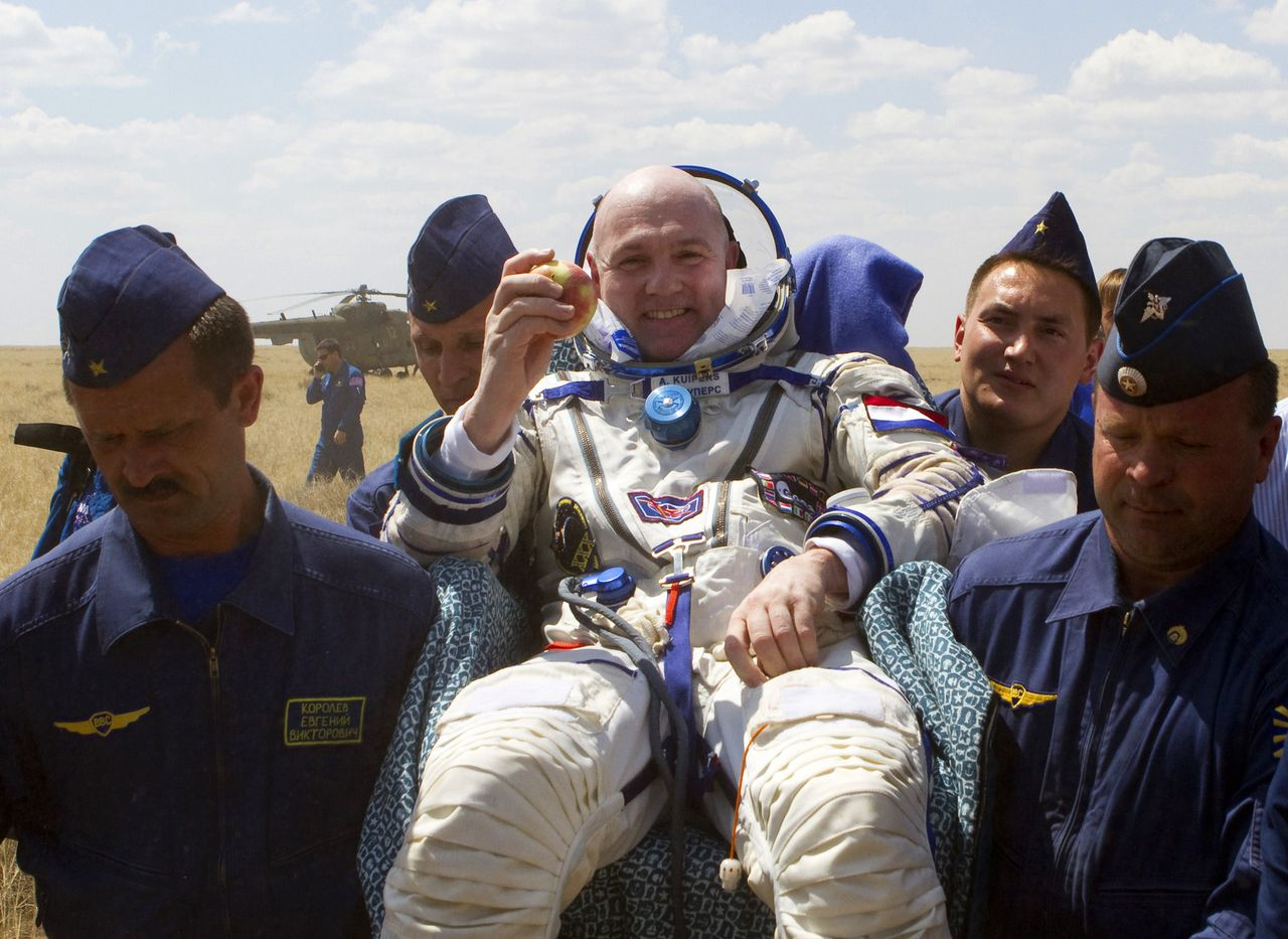 Support and medical personnel carry International Space Station (ISS) Dutch crew member and Flight Engineer Andre Kuipers of the European Space Agency shortly after the landing of Soyuz TMA-03M capsule in a remote area near the town of Dzhezkazgan on July 1, 2012. Pettit, together with Oleg Kononenko of Roscosmos and Andre Kuipers of the European Space Agency, completed a six-and-a-half-month mission on the International Space Station, according to NASA. AFP PHOTO / POOL / SERGEY REMEZOV