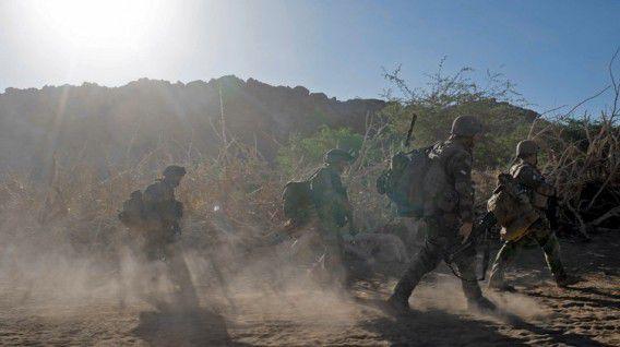 Franse militairen op patrouille in het noorden van Mali waar de strijd zich, na een vlotte opmars, al enige weken afspeelt.