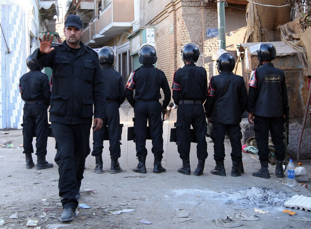Een Egyptische agent wil niet dat er foto's worden gemaakt. Blogger Wael Abbas werd in 2006 bekend toen hij beelden van foltering van een arrestant door de politie publiceerde. Foto AFP Een Egyptische politieagent wil niet dat er foto's worden gemaakt. De blogger Wael Abbas werd in 2006 bekend toen hij beelden van foltering van een arrestant op een politiebureau op zijn blog publiceerde. Foto AFP An Egyptian policeman gestures not to take photos as police stand guard in a street in the southern Egyptian village of Bahgura late January 9, 2010, two days after three gunmen sprayed Christian passers-by with bullets as they emerged from Christmas Eve Mass in the same district in southern Egypt. Egyptian police charged three men on January 9 with premeditated murder over the shooting deaths of six Coptic Christians in the Christmas Eve attack in the southern town of Nagaa Hammadi, a judicial source said. Police also announced the arrest of 20 Muslims and Christians in the neighbouring town of Bahgura, where Christian houses and shops had been set on fire the day before. AFP PHOTO/VICTORIA HAZOU