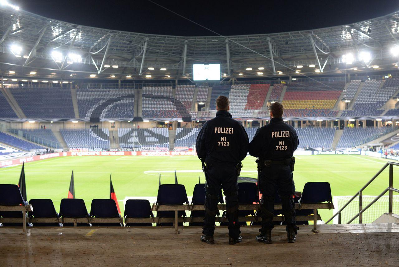 Twee politieagenten in het HDI-stadion in Hannover, vlak voor het complex werd geëvacueerd.