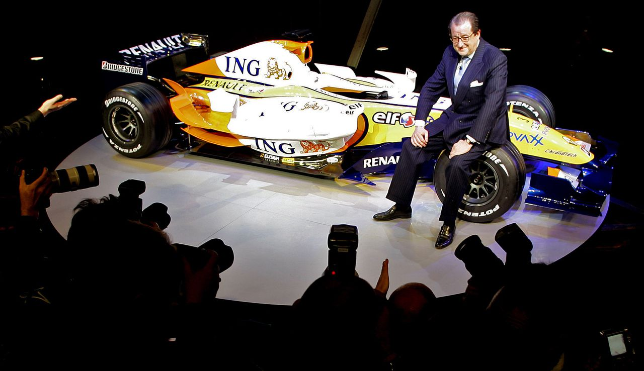ING-voorzitter Michel Tilmant bij de nieuwe R27. Foto Reuters Michel Tilmant, Chairman of the Executive Board of ING, sits on the new R27 car during the official presentation of the ING Renault F1 team in Amsterdam January 24, 2007. REUTERS/Koen van Weel (NETHERLANDS)