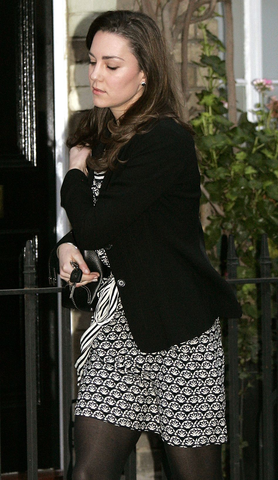 BEJAAGD DOOR DE PERS: Kate Middleton, de vriendin van de Britse kroonprins William, die bijna gaat trouwen. Foto AP Kate Middleton leaves her home in London, Tuesday Jan. 9, 2007. The girlfriend of Britain's Prince William celebrates her 25th birthday Tuesday amidst persistent reports in recent weeks that the two may soon announce their engagement. (AP Photo/STF)