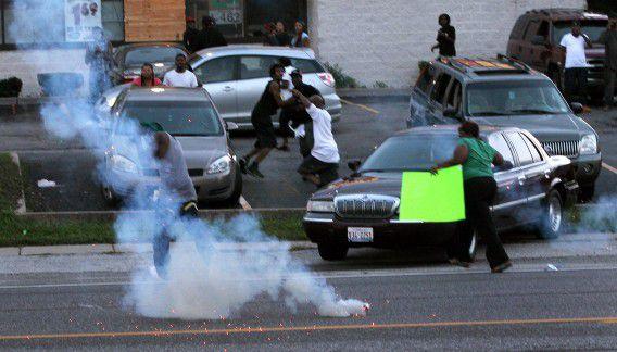 De politie van Ferguson zet traangas in bij een eerdere demonstratie, deze week.