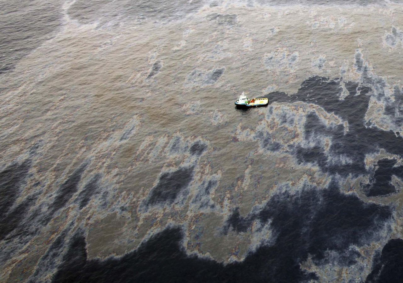 An aerial view shows oil that seeped from a well operated by Chevron at Frade, on the waters in Campos Basin in Rio de Janeiro state November 18, 2011. The head of Brazil's oil regulator, the ANP, said on Monday that only Chevron, and not its partners, Petrobras and Japanese group Frade Japao, would be fined for the spill. Chevron is being fined about $28 million and is the subject of a federal police probe. Picture taken November 18, 2011. REUTERS/Rogerio Santana/Handout (BRAZIL - Tags: ENERGY DISASTER) FOR EDITORIAL USE ONLY. NOT FOR SALE FOR MARKETING OR ADVERTISING CAMPAIGNS