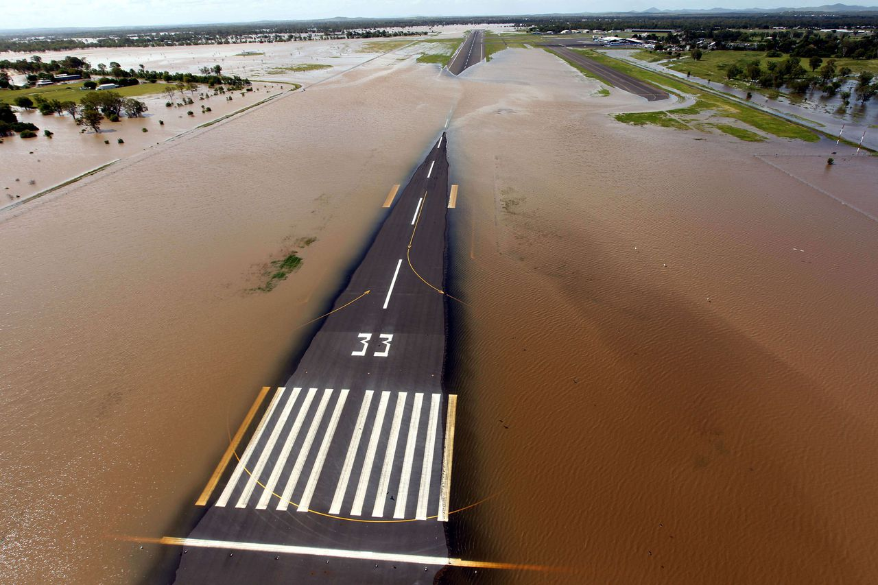 Rising floodwaters spread across the runway of the airport at Rockhampton, in eastern Queensland. The Australian military and emergency services were battling huge flooding in the country's northeast that has left at least one person dead, amid warnings the worst of the devastation is to come. TOPSHOTS NO SALES RESTRICTED TO EDITORIAL USE AUSTRALIA OUT AFP PHOTO / MECHIELSEN LYNDON