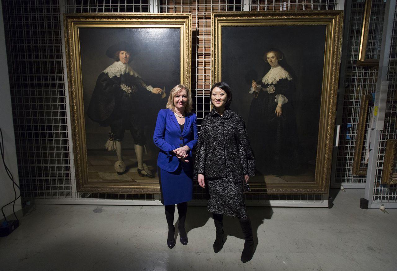 Minister van Cultuur Jet Bussemaker (PvdA)en haar Franse ambtgenoot Fleur Pellerin poseren in het Louvre bij de twee Rembrandt-portretten Maerten Soolmans en Oopjen Coppit.