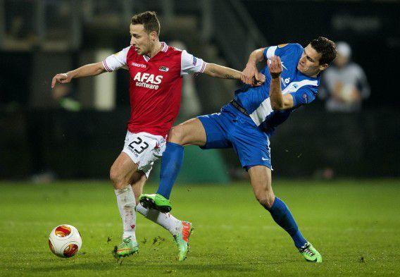 Roy Beerens (links) in duel met David Pavelka van FC Slovan Liberec.