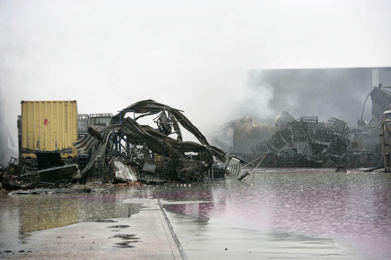 Nederland, Moerdijk, 06-01-2011 Nablussen van degrote brand bij Chemie PACK in Moerdijk. Foto: Joyce van Belkom