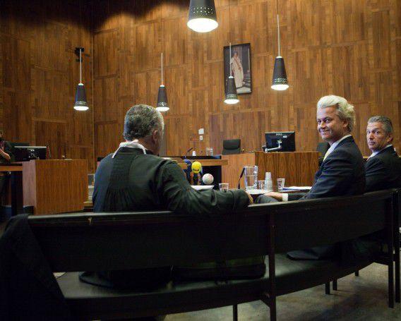 Wilders met zijn advocaat Bram Moszkowicz in de rechtszaal bij het kort geding over het ESM tegen de Staat. De twee kregen geen gelijk. Foto Hollandse Hoogte / Maarten Hartman
