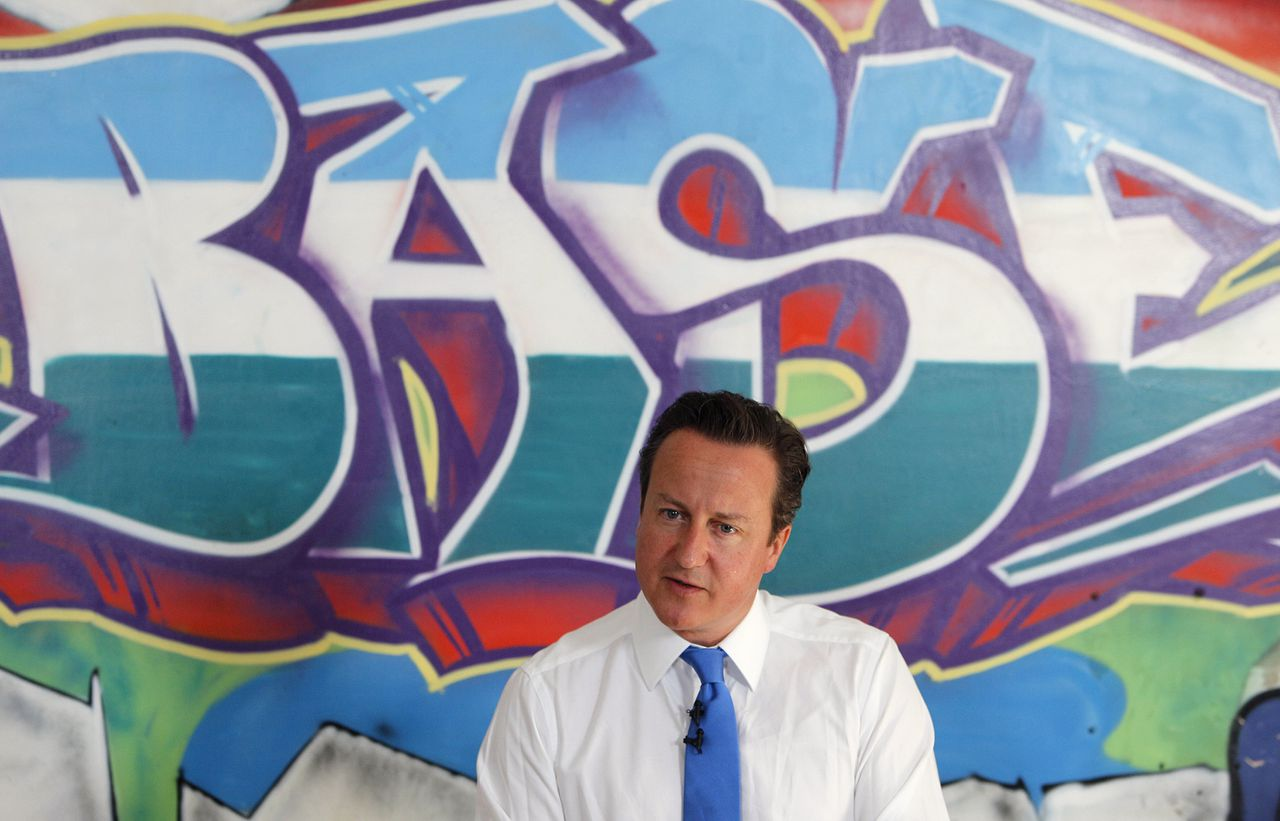 "David Cameron vroeg de samenleving gisteren om meer normen. Foto AP Britain's Prime Minister David Cameron speaks at a youth center in Witney, his Parliamentary district in southern England, Monday, Aug. 15, 2011. Britain must confront its ""slow-motion moral collapse"" Cameron declared Monday, following four days of riots that left five people dead, thousands facing criminal charges and at least 200 million pounds ($326 million) in property losses. (AP Photo/Alastair Grant, Pool)"
