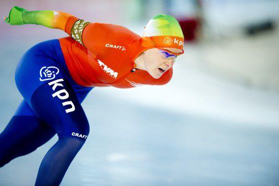 Ireen Wüst in actie op de 3000 meter bij het EK allround schaatsen. De titelverdedigster zette in Hamar een tijd neer van 4.02,02 en was daarmee net als eerder vandaag op de 500 meter, de snelste.
