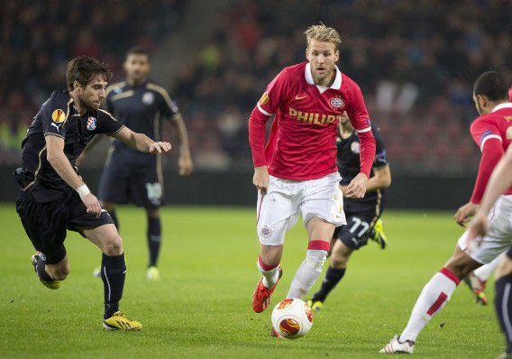 Ola Toivonen (rechts) van PSV in duel met Marcelo Brozovic (links) van Dinamo Zagreb.