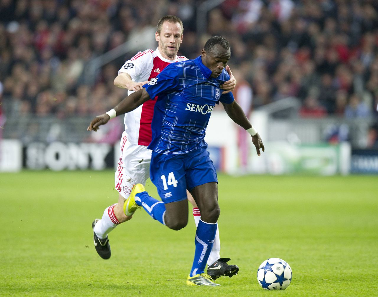 Ajax Amsterdam's Andre Ooijer (L) challenges AJ Auxerre's Dennis Oliech during their Champions League Group G soccer match at the Amsterdam Arena October 19, 2010. Ooijer got a red card for this action. REUTERS/Paul Vreeker/United Photos (NETHERLANDS - Tags: SPORT SOCCER)
