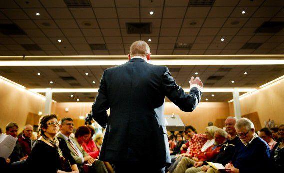 PvdA-leider Diederik Samsom voor een zaaltje met partijleden.
