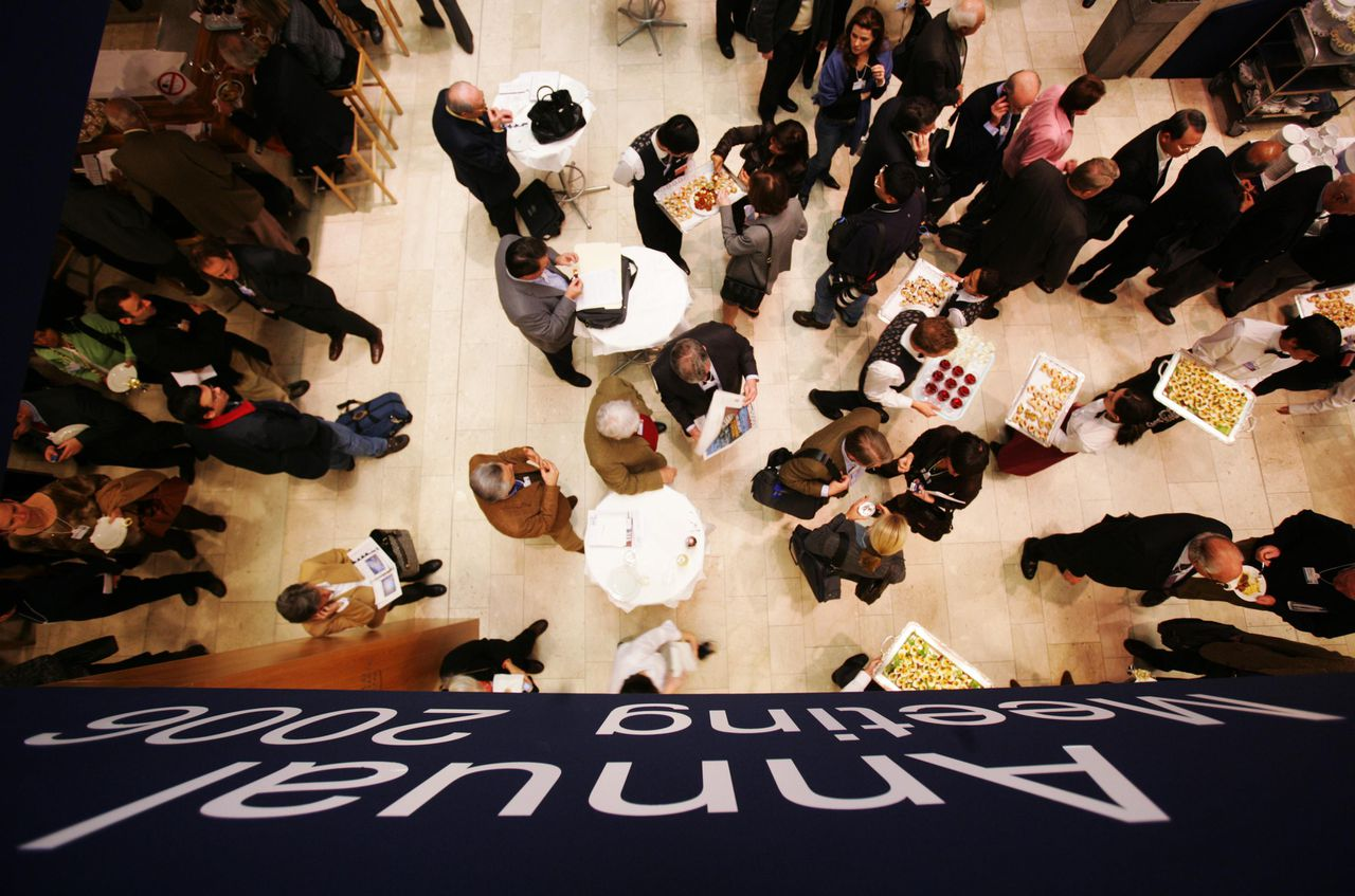 Deelnemers aan het World Economic Forum in de Zwitserse wintersportplaats Davos tijdens een lunch tussen de vele panels, forums en presentaties door. Foto Reuters General view of the lobby inside the Congress Hall, where participants of the ongoing World Economic Forum (WEF) have lunch in Davos, Switzerland, January 25, 2006. REUTERS/Sebastian Derungs