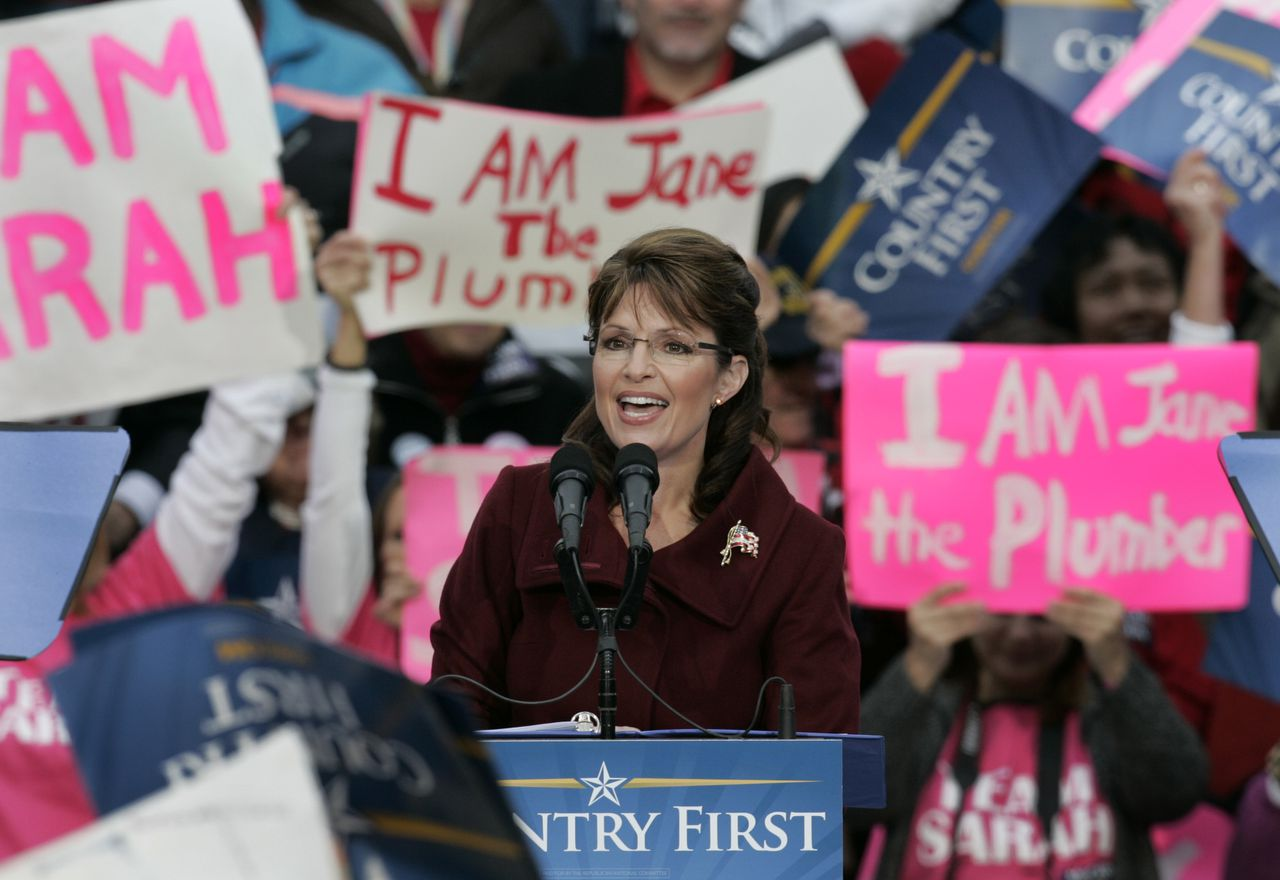 ... en in Fredericksburg in Virginia ... Foto AP Republican vice presidential candidate, Alaska Gov. Sarah Palin, is surrounded by signs as she speaks during a rally at Hurkamp Park in Fredericksburg, Va., Monday, Oct. 27, 2008. (AP Photo/Steve Helber)