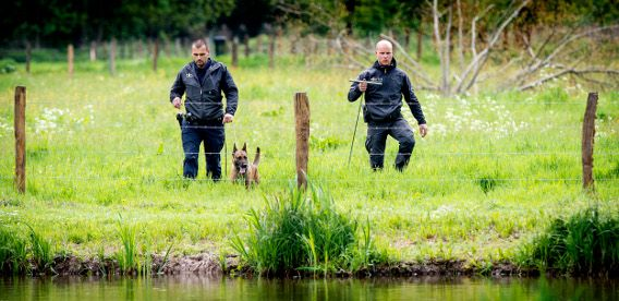 Politieagenten tijdens de zoektocht in het Bunderbos.