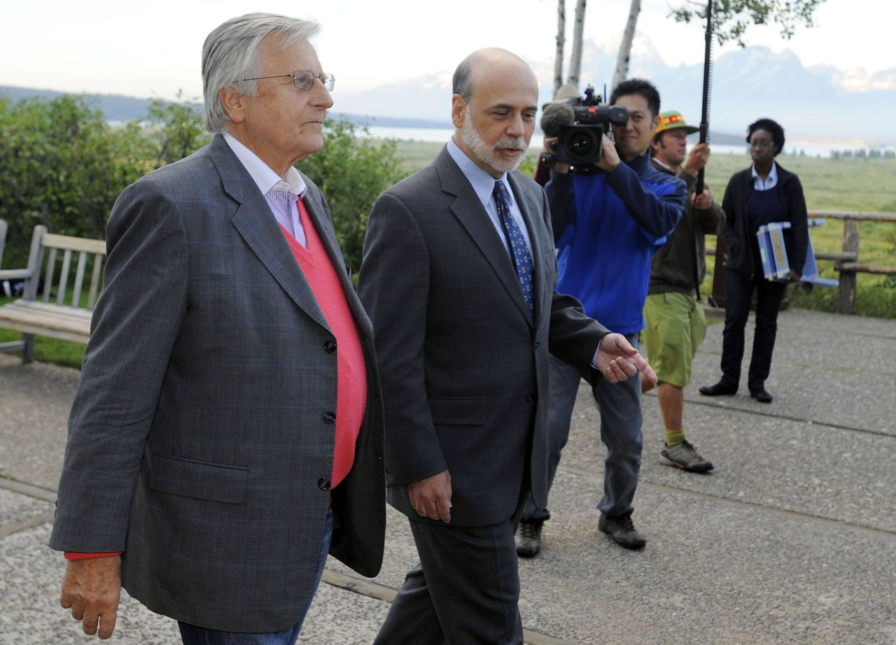 Fed-voorzitter Bernanke (rechts), hier met ECB-baas Trichet, kondigde geen nieuwe interventie aan. Foto Reuters U.S. Federal Reserve Chairman Ben Bernanke (R) walks with European Central Bank (ECB) President Jean-Claude Trichet at the Federal Reserve Bank of Kansas City Economic Policy Symposium in Jackson Hole, Wyoming, August 26, 2011. Bernanke on Friday stopped short of signaling further action to boost the U.S. recovery, but said it was critical for the economy's health to reduce unemployment. REUTERS/Price Chambers (UNITED STATES - Tags: POLITICS BUSINESS)