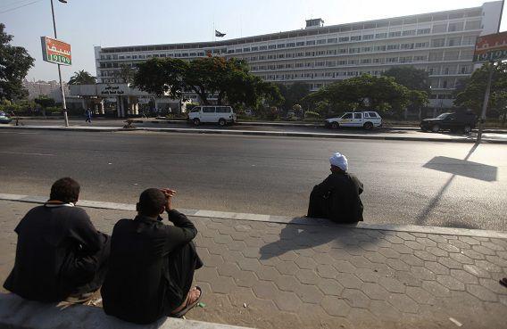 Mensen zitten voor het Maadi militaire ziekenhuis in Kairo, waar Mubarak wordt behandeld.