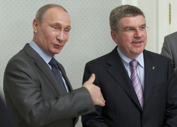 De Russische president Vladimir Poetin met IOC-voorzitter Thomas Bach tijdens een inspectie van de voorbereidingen voor de Spelen in Sotsji.