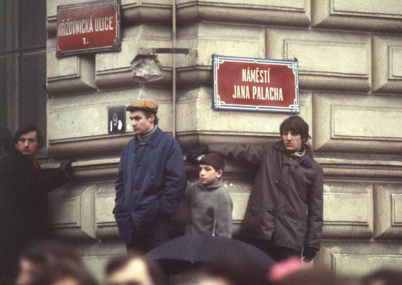 """Studenten op het later officieel naar Jan Palach genoemde plein in Praag, in 1969. Foto AFP People of what was then Czechoslovakia gather in """"Jan Palach square"""" in Prague old town 25 January 1969 during the funeral of the Czech student who burned himself to death in January 1969 to protest the Soviet occupation of his country. Tens of thousands of people followed the coffin after the suicide of Palach, a philosophy student at Prague Faculty of Arts. Palach was born 11 August 1948. He died in agony 19 January 1969, three days after immolating himself at Wenceslas square in Prague. His name became a symbol of the ill-fated Prague Spring which ended 20 August 1968 when Soviet tanks swept into Prague to end the country's experiment with liberal socialism and restore an orthodox communist regime."""