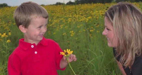 Brenda Schmitz met haar zoontje. Foto uit filmpje van radiostation STAR 102.5