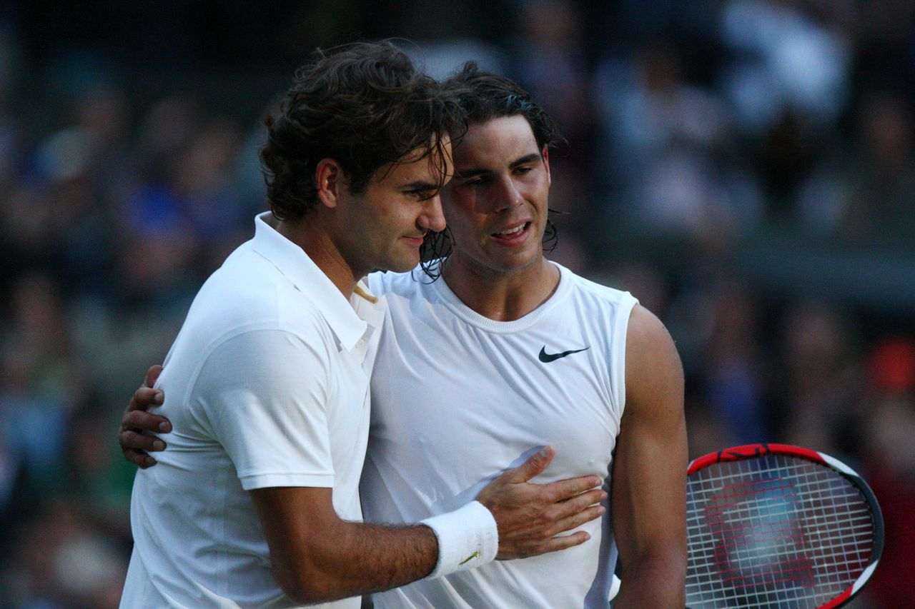Tennisser Roger Federer feliciteert Rafael Nadal na de Wimbledonfinale met zijn overwinning. Binnenkort is Nadal de nieuwe nummer één op de wereldranglijst. Foto AFP (FILES) This file picture taken on July 6, 2008 in Wimbledon shows Spain's Rafael Nadal (R) congratulated by Switzerland's Roger Federer after winning the final of the 2008 Wimbledon championships. No matter what happens at the 2008 Beijing Olympics, Nadal will be the new world No.1 in the ATP rankings to be released after the Games. AFP PHOTO / FILES/ RYAN PIERSE TO GO WITH AFP STORY BY PIRATE IRWIN