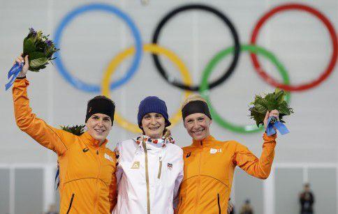 Het podium van de 5.000 meter. Van links naar rechts: Ireen Wüst (zilver), Martina Sáblíková (goud) en Carien Kleibeuker (brons).