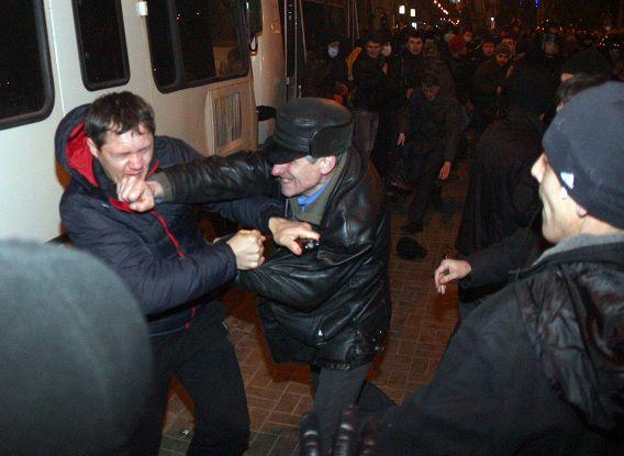 Betogers vechten tijdens de uit de hand gelopen demonstraties in Donetsk.